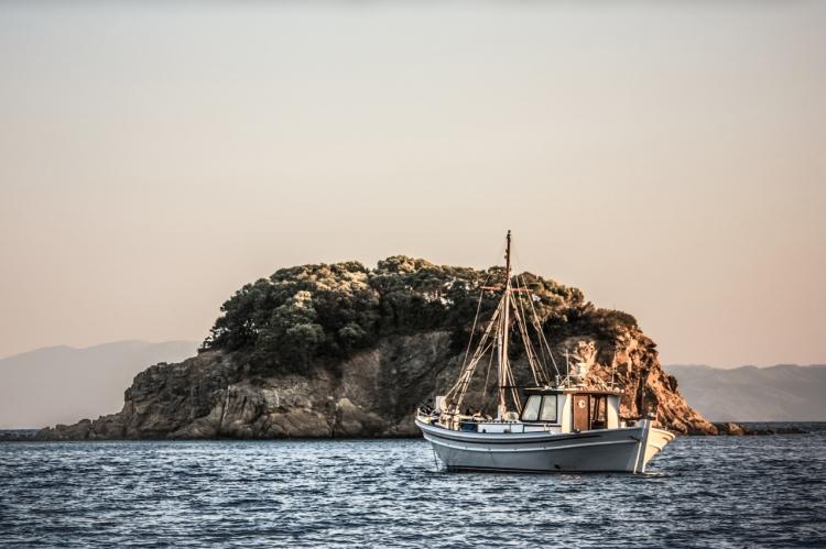【图片分享计划】 白色海岛礁石船只