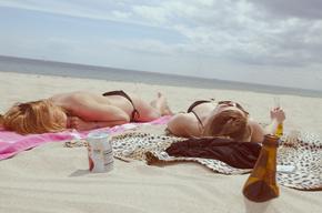 【桌面壁纸】海边沙滩日光浴