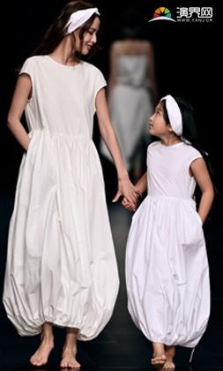 白衣母女唯美照片素材