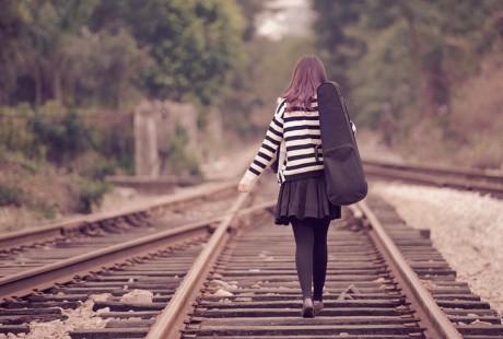 我要定制 商品标签: 女孩背影铁路远去 模板类型: 静态模板 商品比例